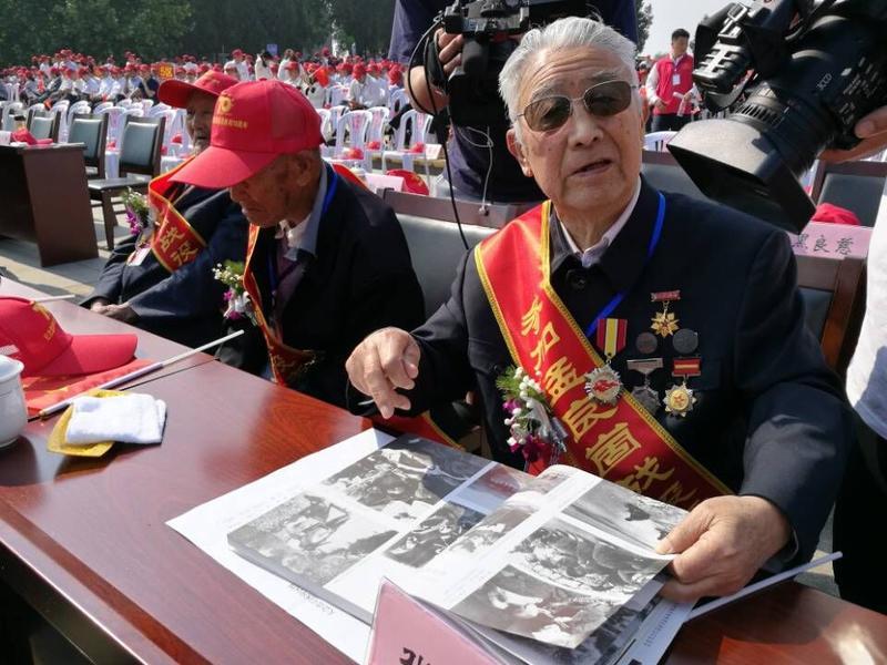 参加纪念活动的老战士