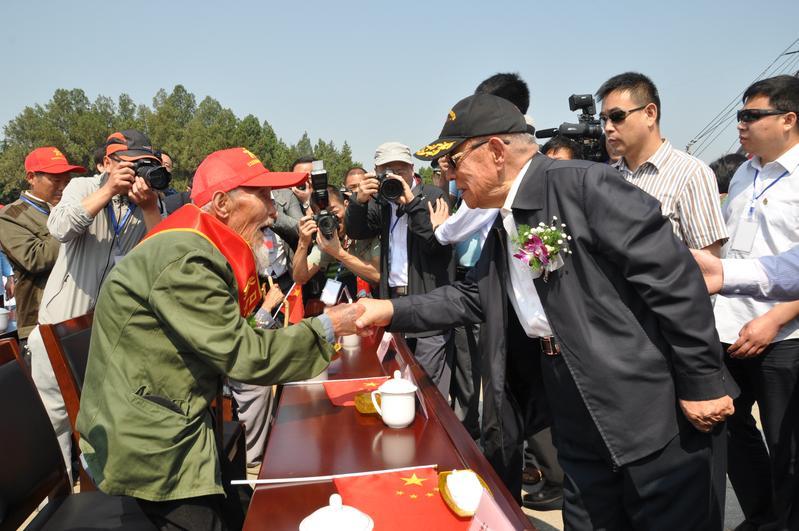 迟浩田与参加孟良崮战役的老战士握手