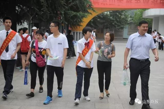 昨日是省城学校的校园开放日,在山师附中,老师在给家长和学生们讲解学校情况以及志愿填报的事宜。