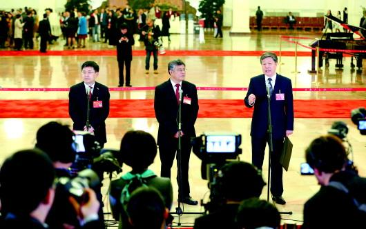 党的十九大开幕会前,王恩东、谢春涛、张瑞敏代表(自左至右)接受采访。