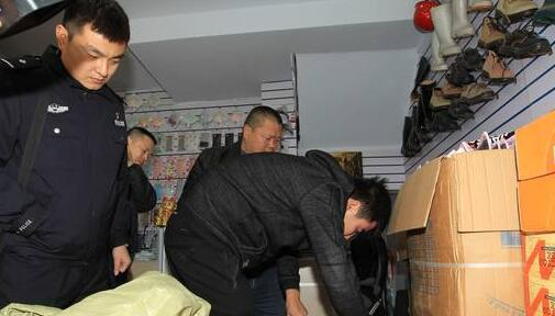 民警找到嫌疑人储藏劣质口罩的仓库。