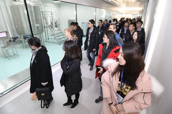 采访团参观齐鲁制药集团生产车间。