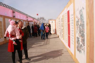 村民前来接受书画的熏陶。