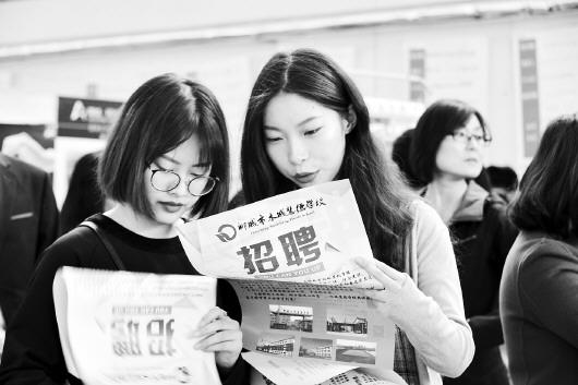4月12日,聊城大学2018届毕业生供需见面会现场,来自省内外的200余家用工单位提供了2500多个就业岗位。□记者 卢鹏 通讯员 赵玉国 报道