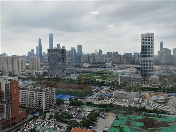 """珠江南岸,占地2.1平方公里的广州市海珠区琶洲互联网创新集聚区起步区,工地塔吊林立,施工热火朝天。不久的将来,腾讯、阿里巴巴、小米、唯品会等近20家互联网巨头将在这里做""""邻居""""。"""