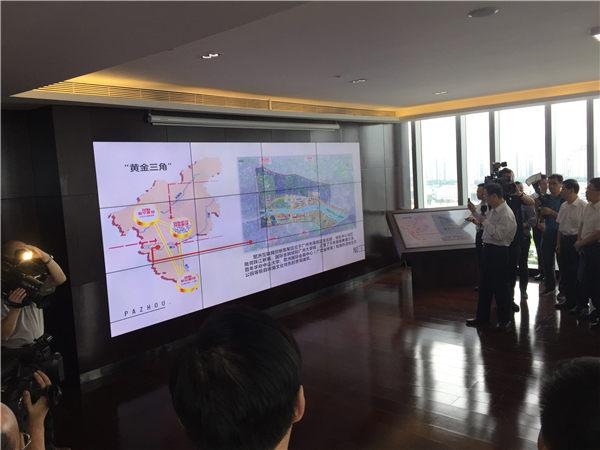 在广州市海珠区环球贸易中心,代表团一行远眺正在建设的琶洲互联网创新集聚区,听取集聚区建设情况介绍,不时交流记录。