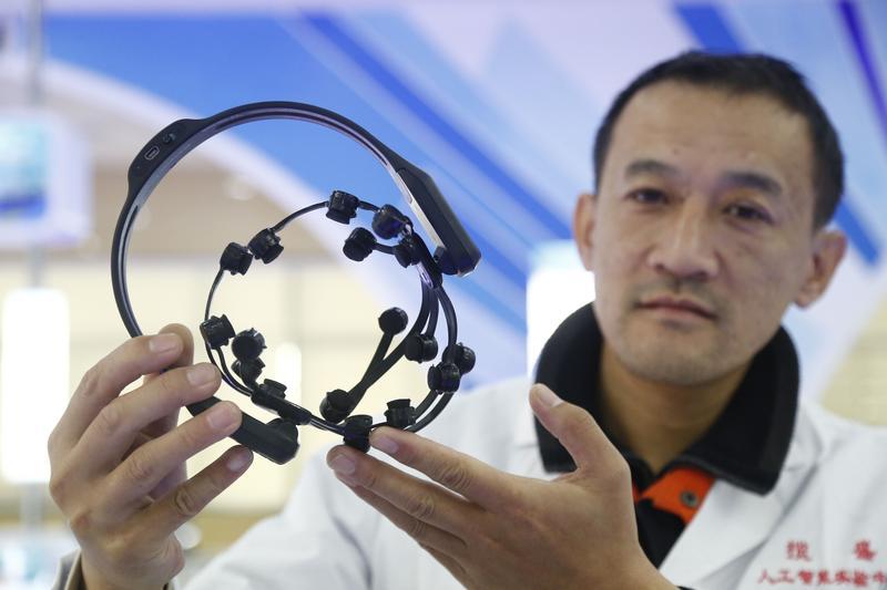 研发人员展示海天智能工程有限公司研发产品