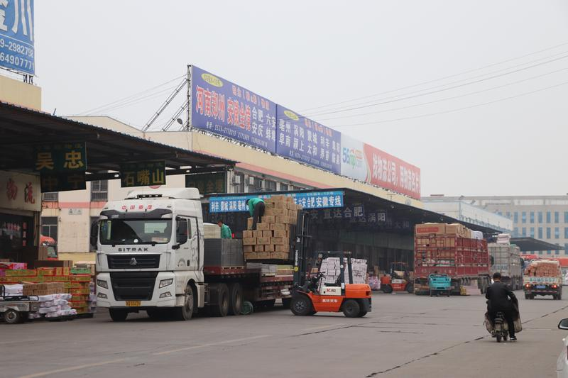 金兰物流基地正在装载货物的大车随处可见