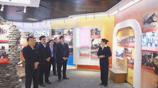 党员观看党史展览,接受党性教育