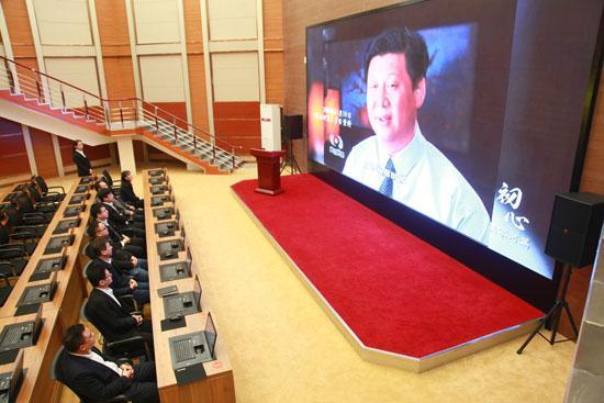 党员观看党性教育专题片,接受党性教育