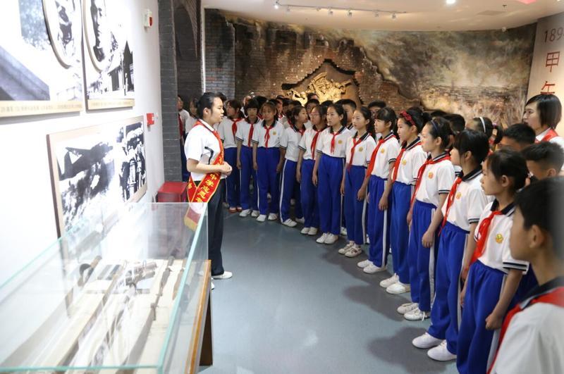 菏泽市少先队员在冀鲁豫革命纪念馆开展红领巾寻访活动