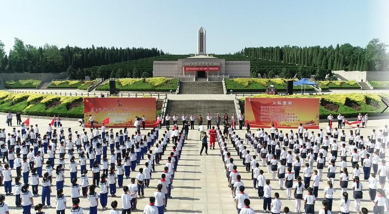 淄博市少先队员在淄博烈士陵园举行新队员入队仪式