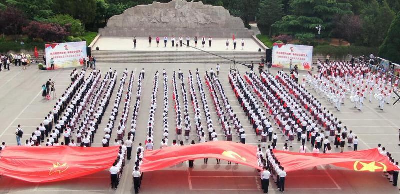 济南市少先队员在英雄山烈士陵园举行新队员入队仪式