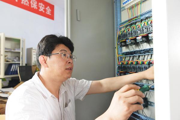 陈广友正在制作排水自动控制箱