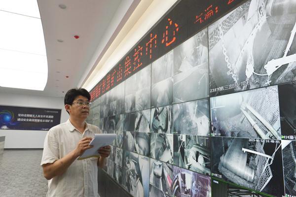 陈广友正在查看井下工作面设备运行状况