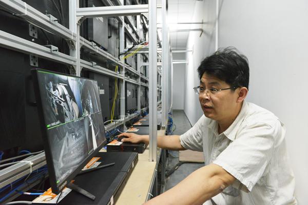 陈广友正在测试显示屏矩阵图像