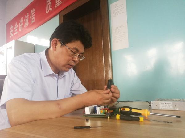 陈广友正在维修皮带自动控制板