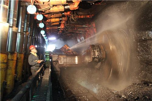变频牵引采煤机一边采煤一边喷雾降尘。