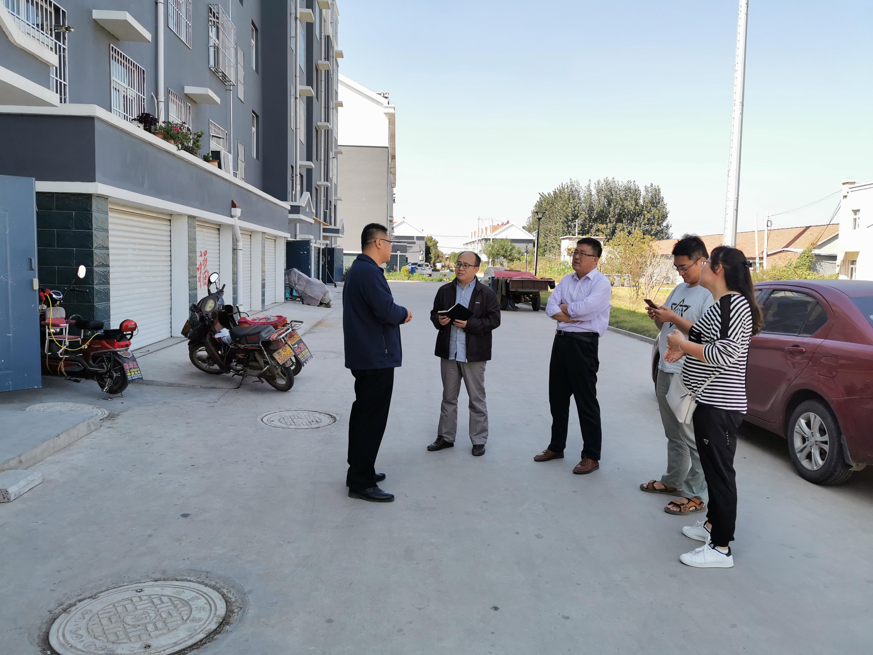 记者在北杏社区采访