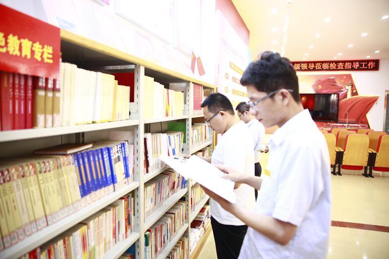 观红影 读党史 红色传统教育在行动中员工精读红色书籍