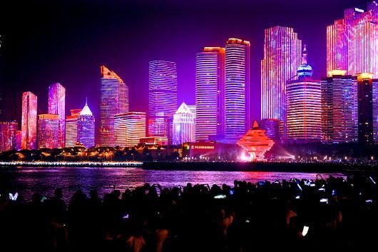 青岛浮山湾的国庆灯光秀。