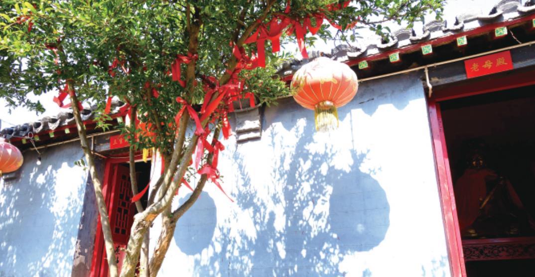 陈姑庙内碧霞祠前的树上系满红丝带,当地人用这种方式表达对美好生活的向往。