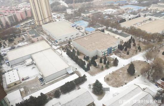 去年冬天,从李晓的家中拍到的兰州生物药厂,受访者供图