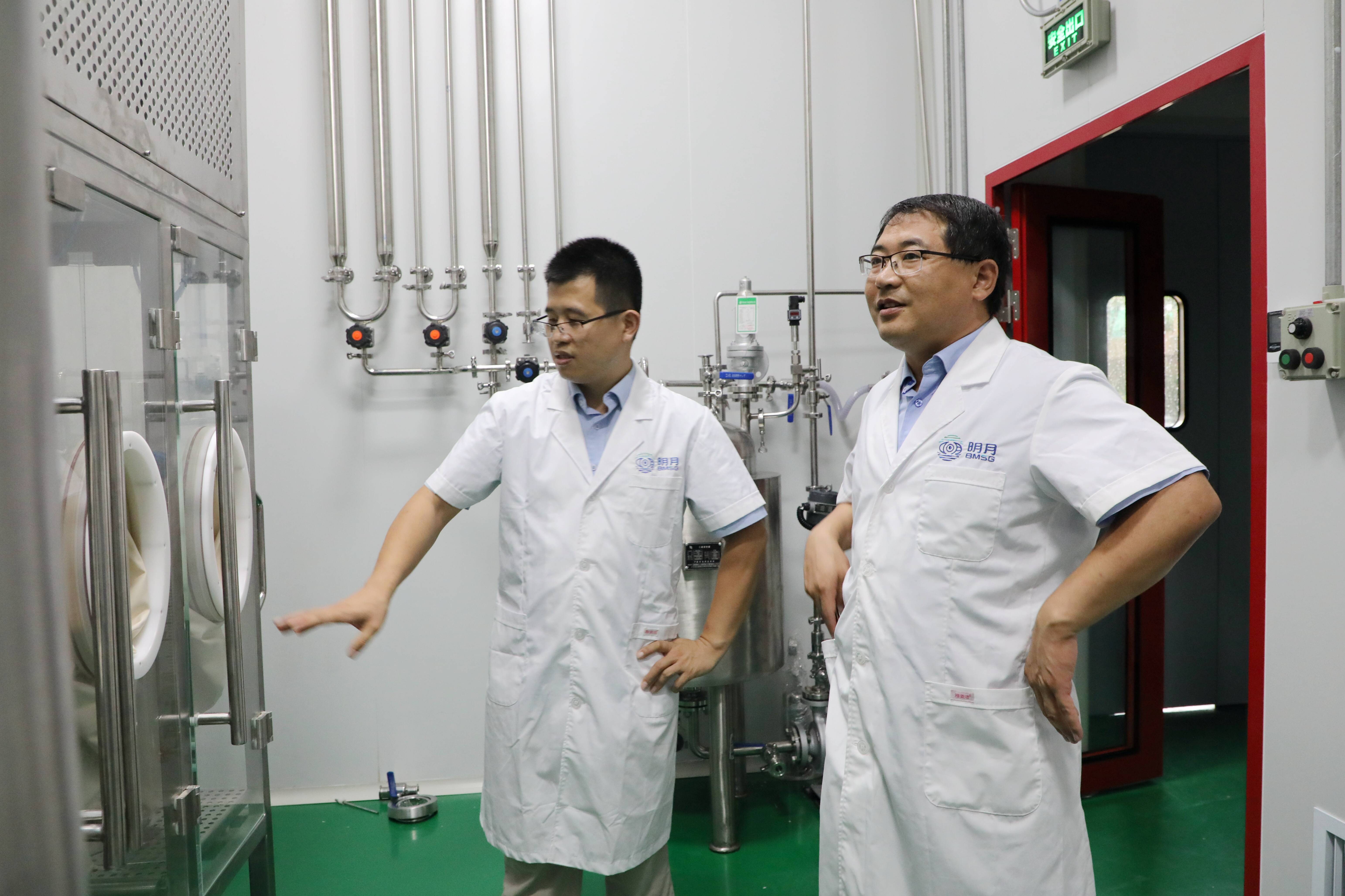 张德蒙(左)和同事检查海藻酸钠提纯生产线。