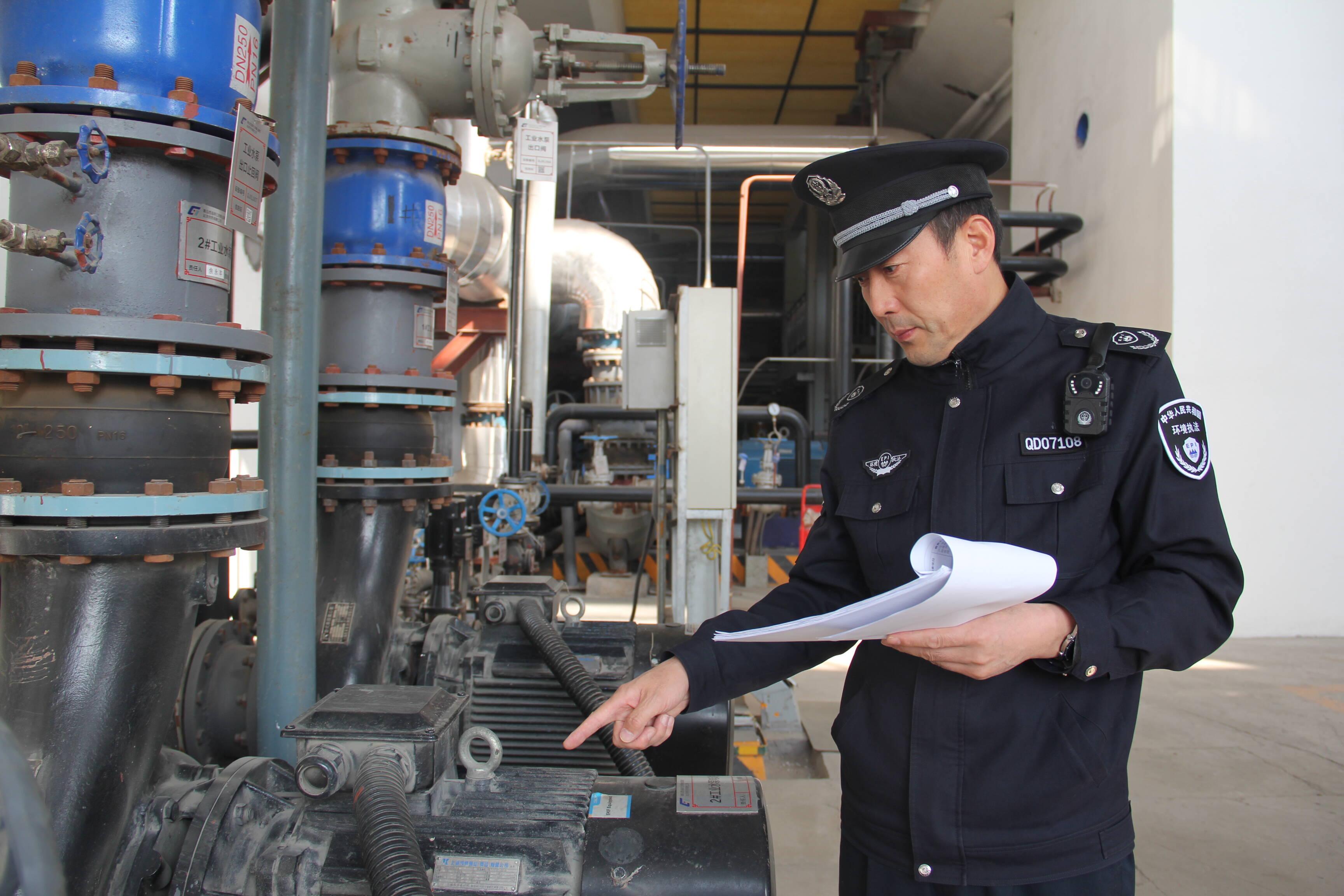 闫永强正在对易通热电公司换热站进行现场检查。