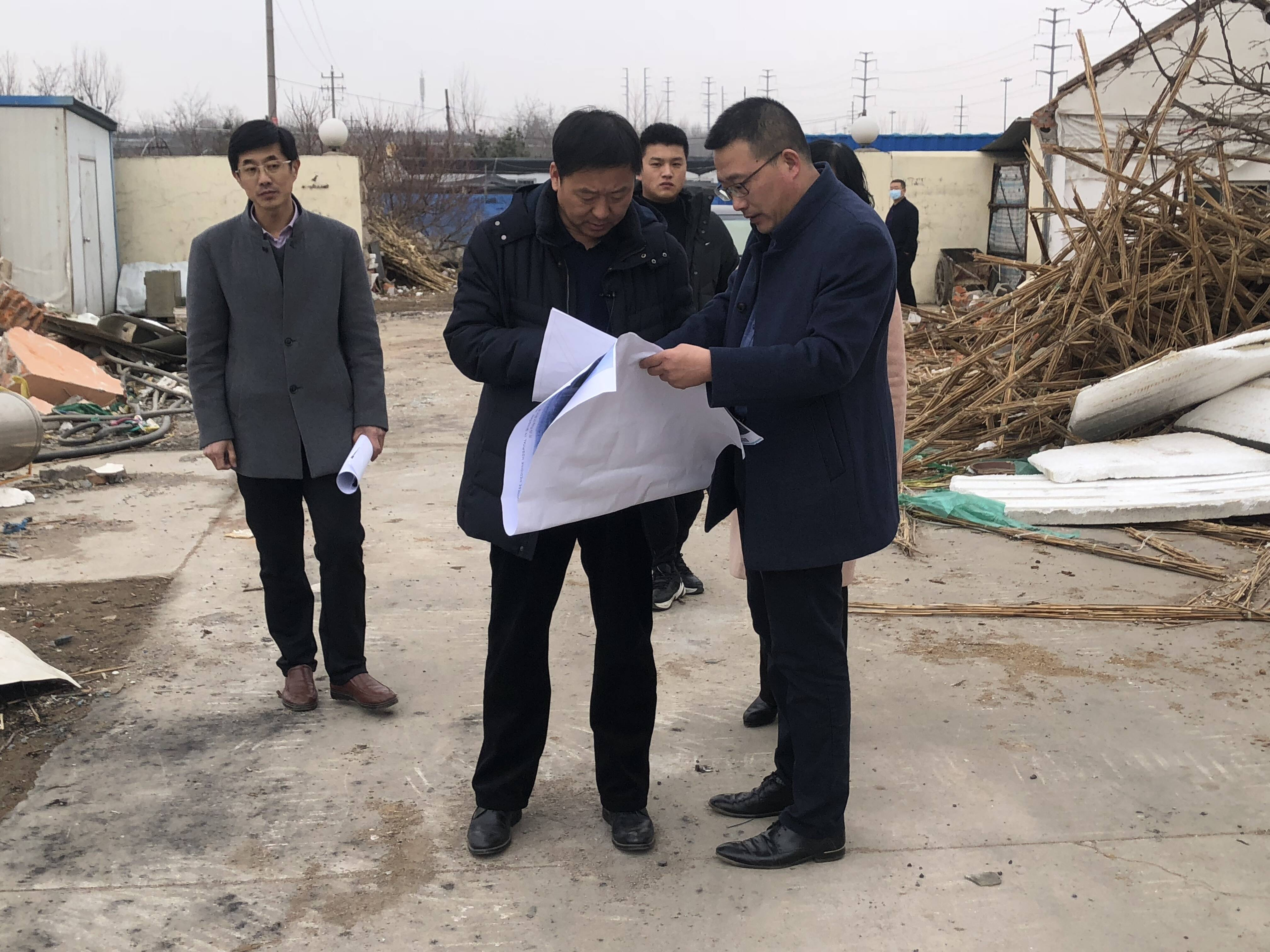 唐恩志(中)在新区第二中医医院迁建提升工程现场调研项目推进情况。