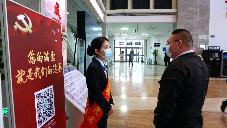 青岛西海岸新区政务服务大厅窗口工作人员精神饱满,全身心投入新的一年为民服务工作之中(胡全福 摄)