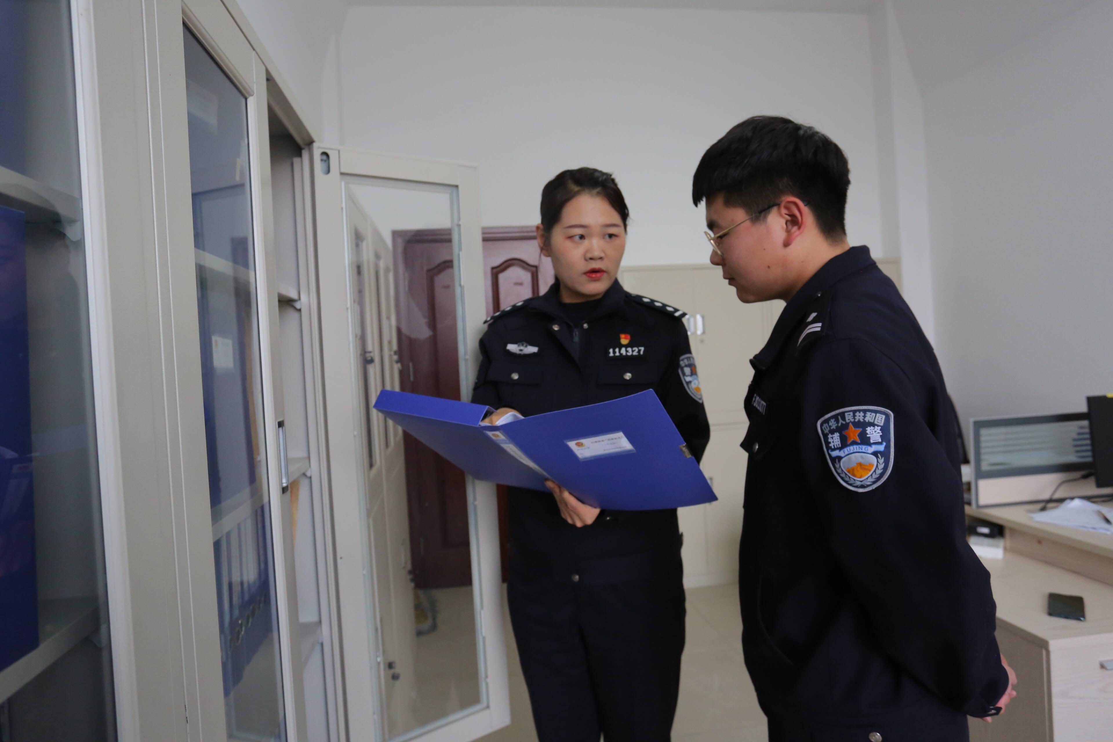 王凌云与同事分析案件资料。