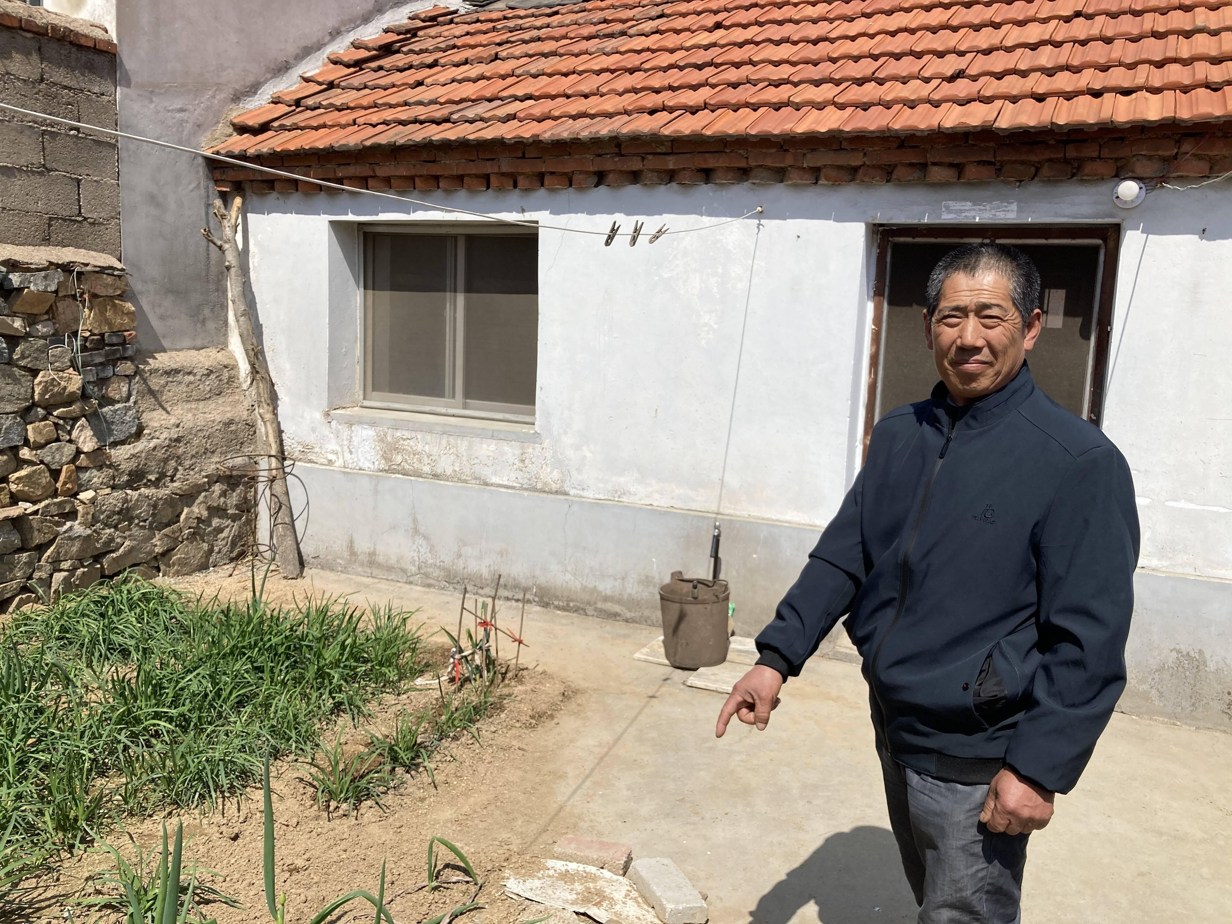 刘法强向记者介绍当时煤气罐灭火的位置。