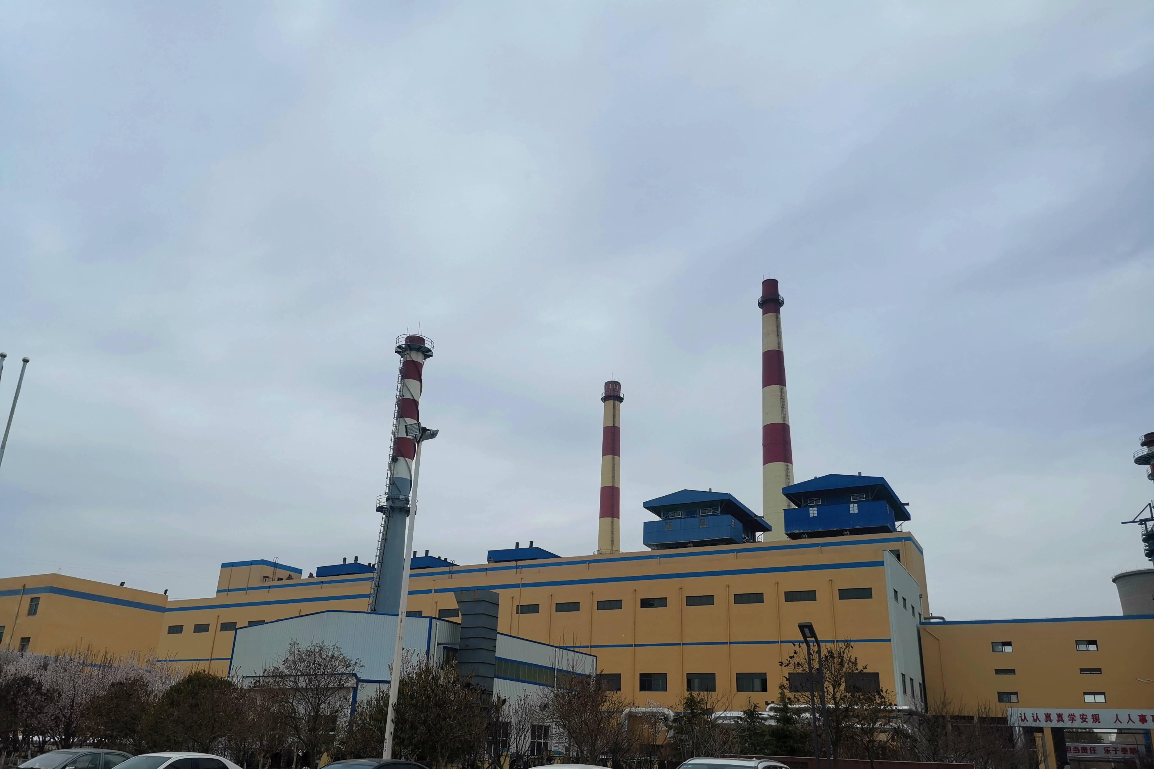"""锅炉烟气余热回收技术投入运行后,烟囱不再冒""""白烟""""。记者 张静 报道"""