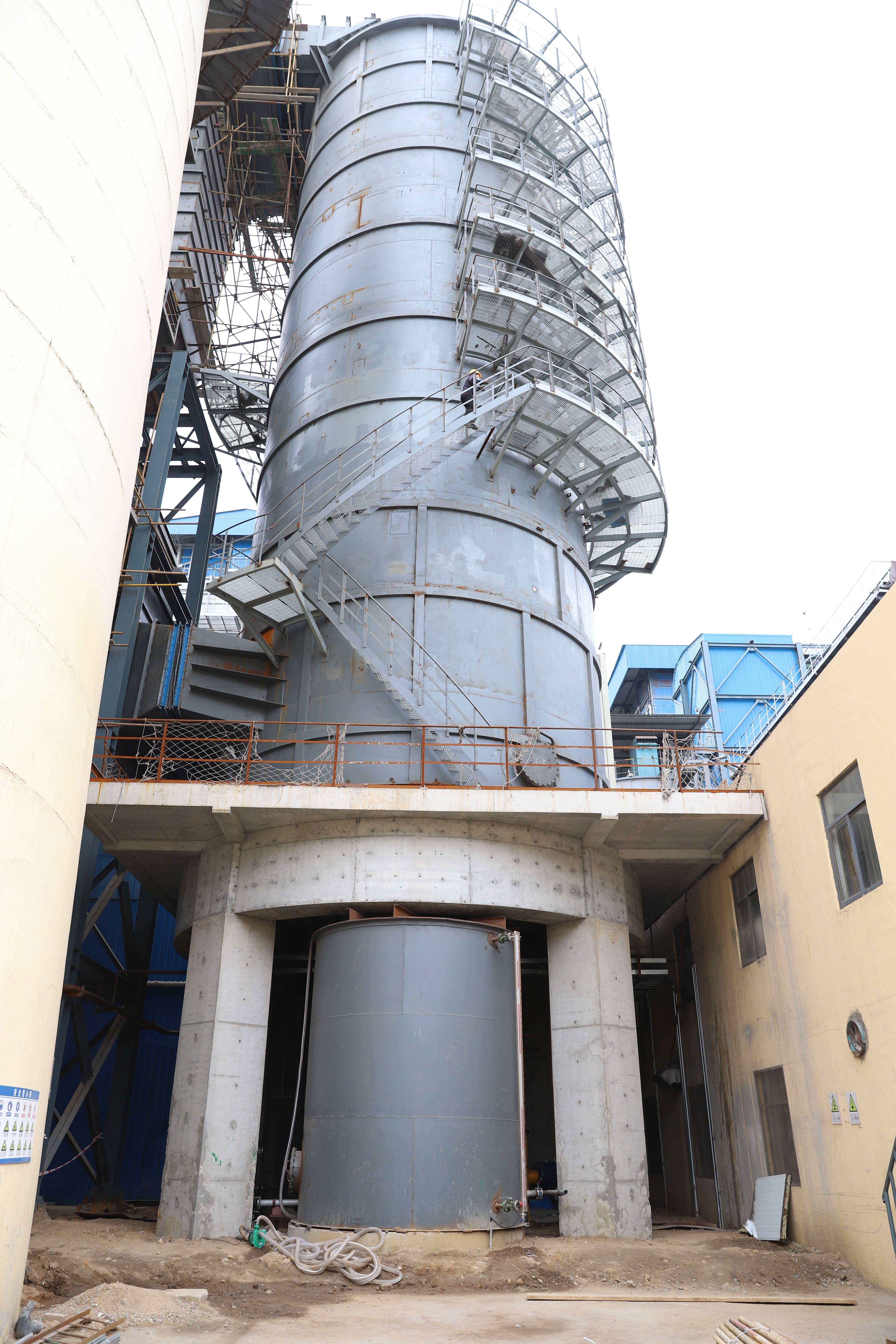 博源热电厂锅炉烟气余热回收利用项目新建的吸收塔。记者 张静 报道