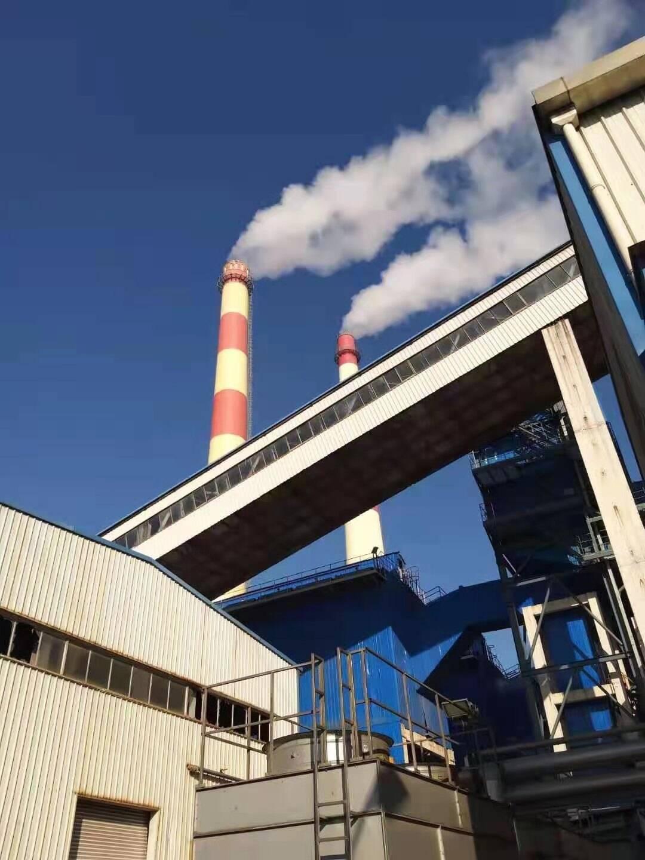 """以往冬季供暖时节,热电厂高大烟囱里呼呼往外冒""""白烟""""。(资料图)"""
