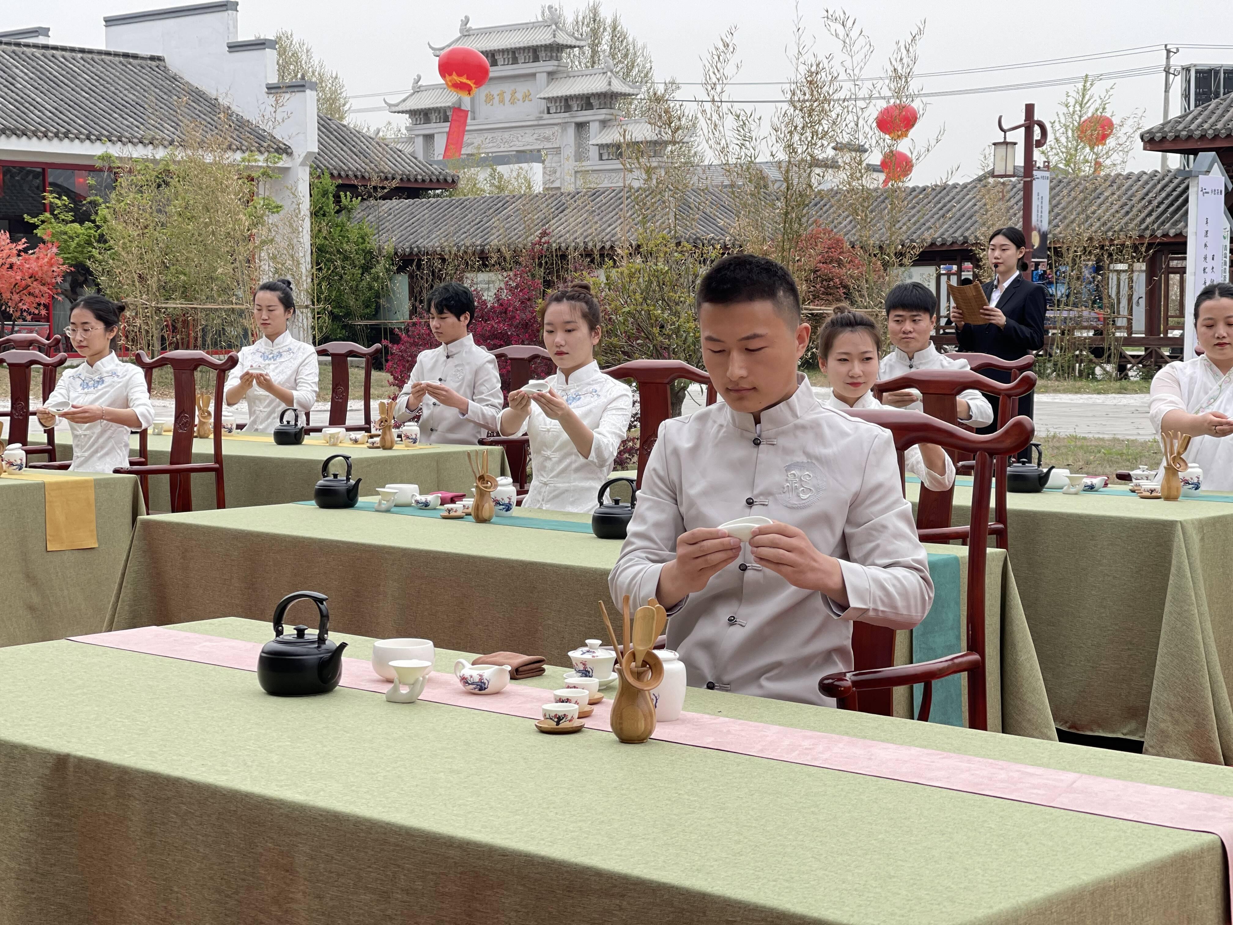 开街仪式上,茶艺师们进行传统茶艺展示。记者 谭宁 摄