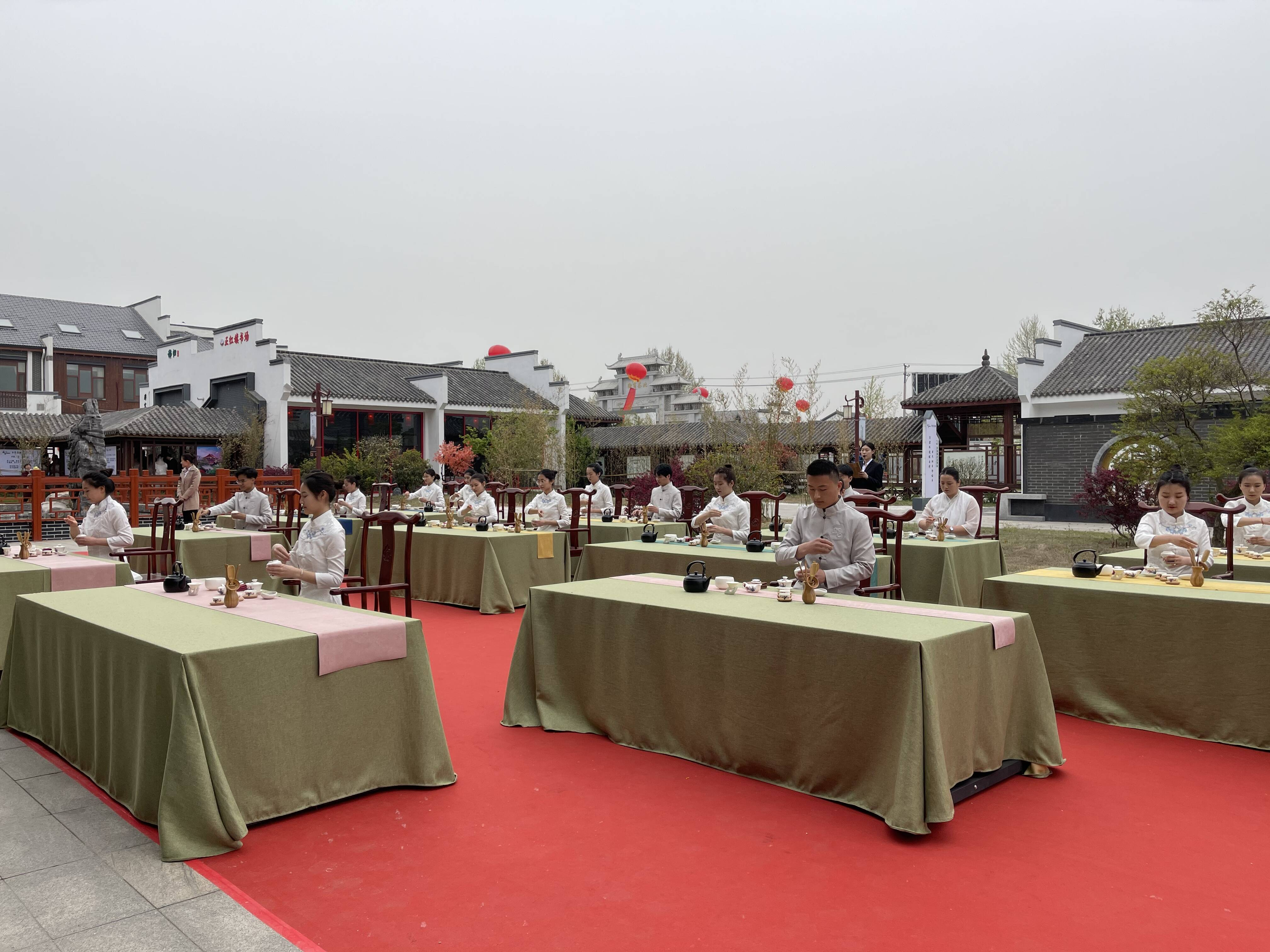 开街仪式上,茶艺师们正在进行传统茶艺展示。记者 谭宁 摄