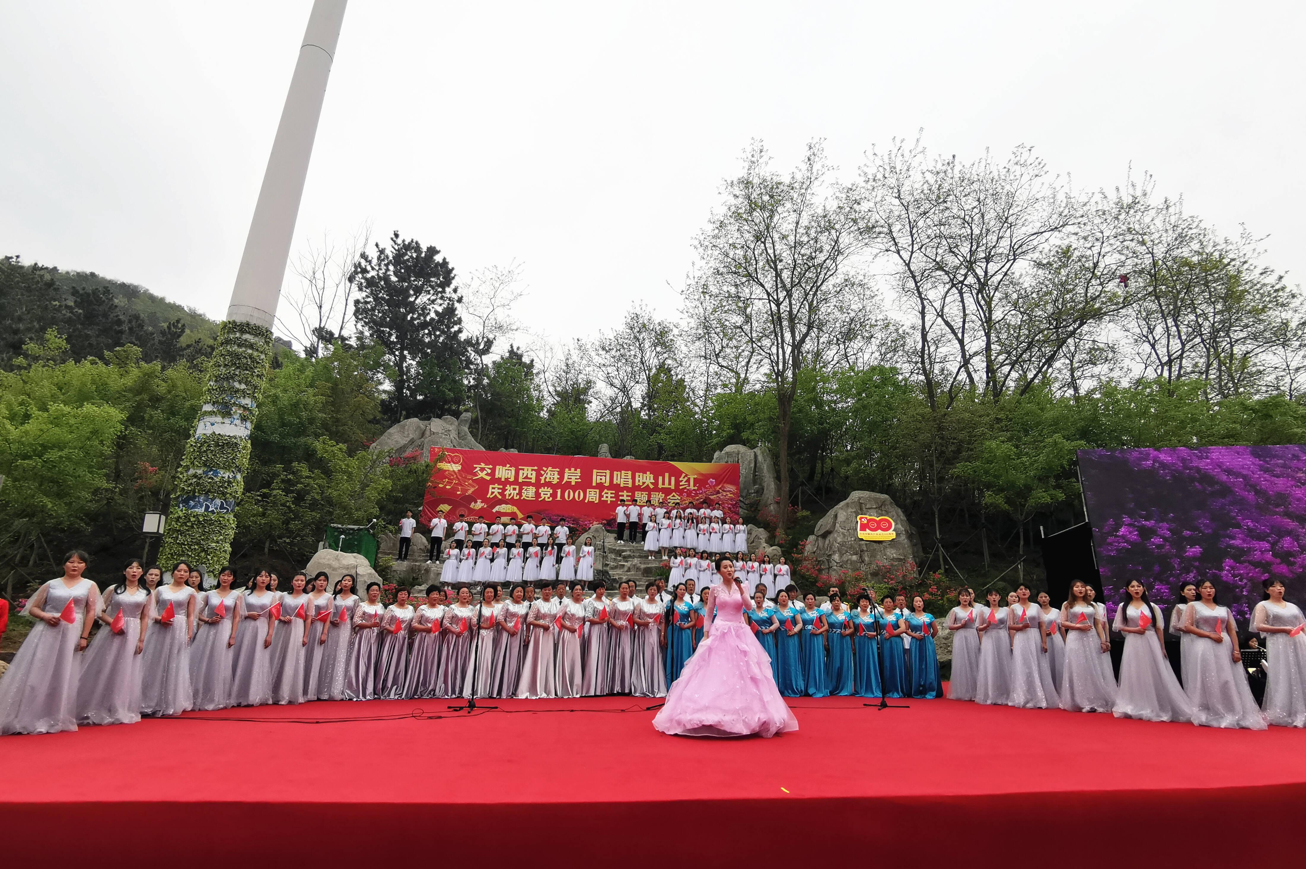 主题歌会上,同唱《映山红》。记者 李涛 摄