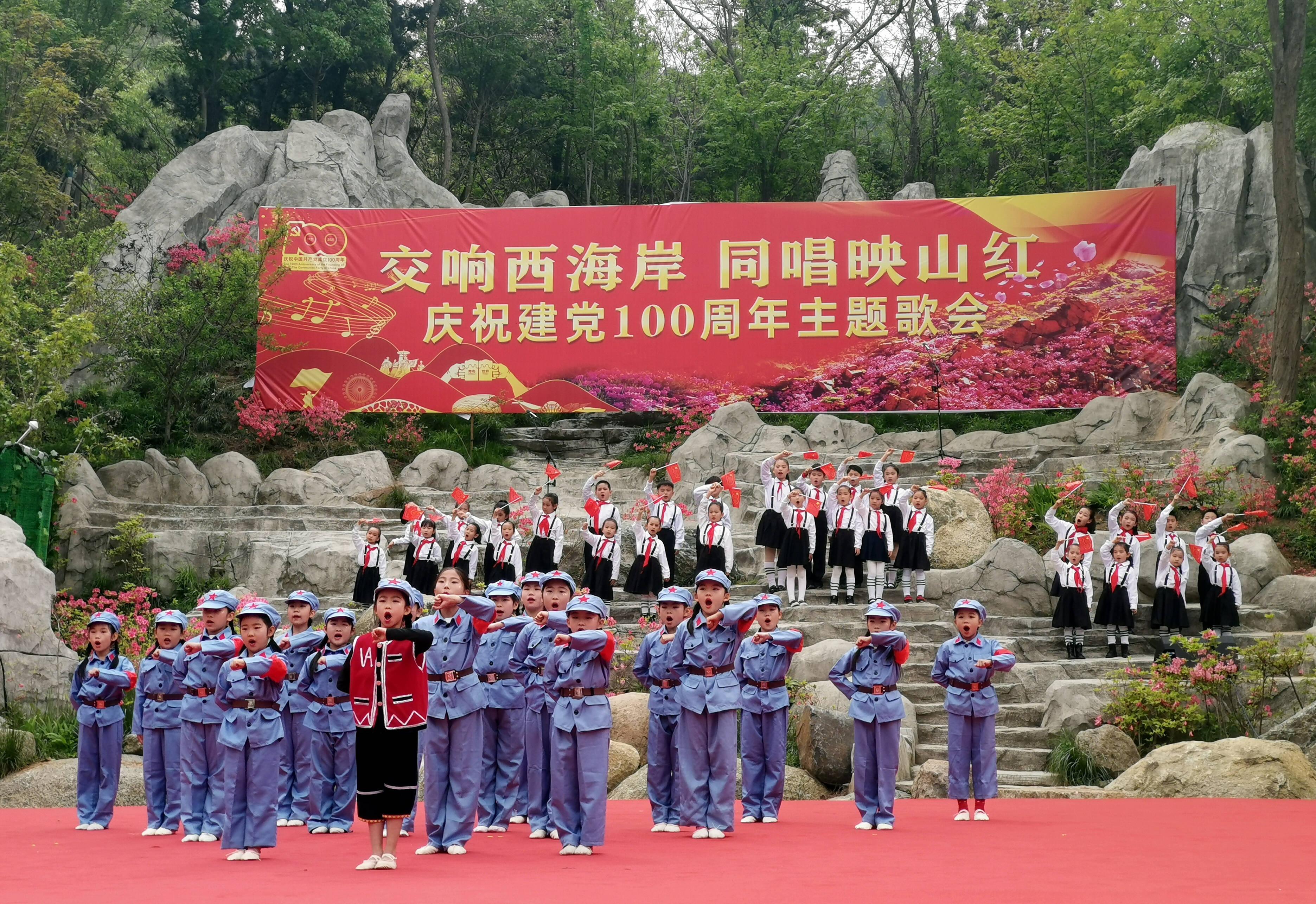 孩子们表演儿童舞剧《闪闪红星》。记者 李涛 摄