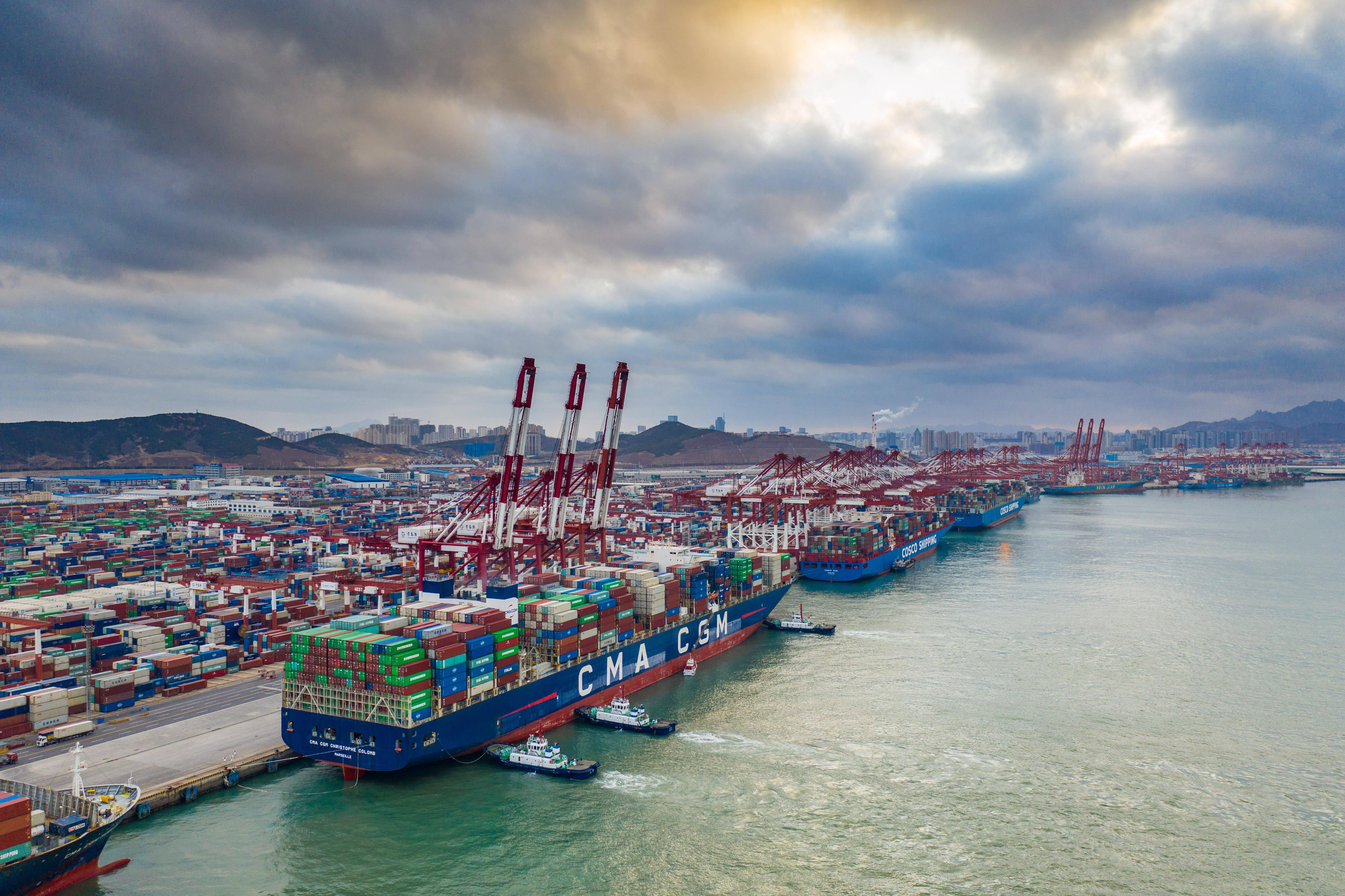 山东港口青岛港前湾集装箱码头一派繁忙景象。