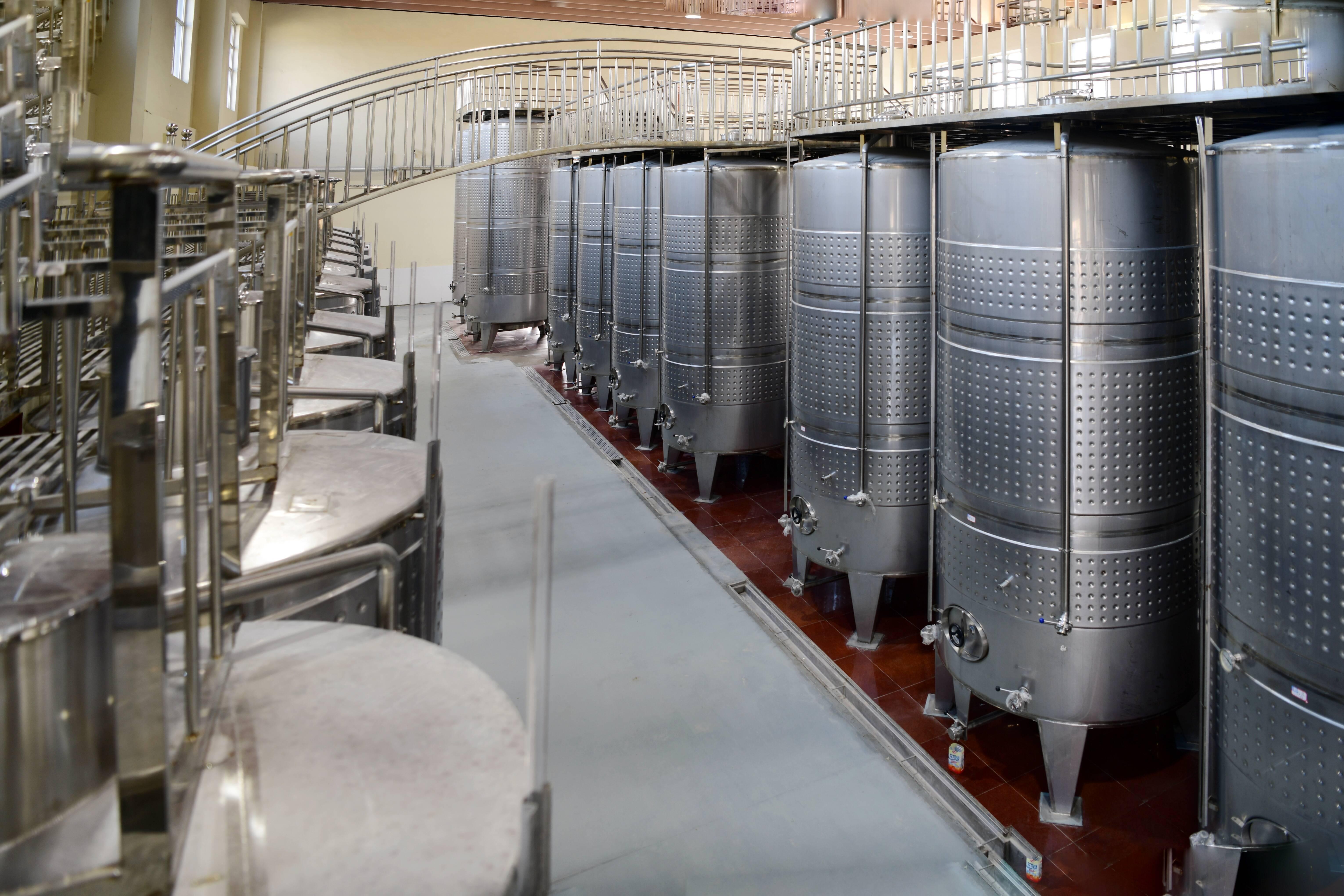 紫斐蓝莓深加工项目内部,众多酒罐整齐排列。记者 王雪 摄