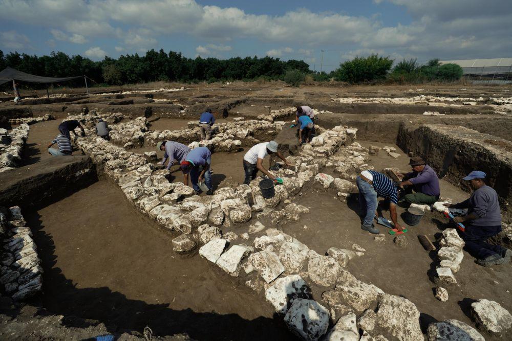 2019年10月6日,考古工作者在以色列中部城市哈里什附近考古现场作业。(新华社/基尼图片社)
