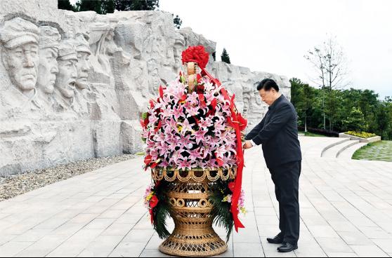 2021年4月25日至27日,中共中央总书记、国家主席、中央军委主席习近平在广西考察。这是25日上午,习近平在位于桂林市全州县的红军长征湘江战役纪念园,向湘江战役红军烈士敬献花篮。新华社记者 谢环驰/摄