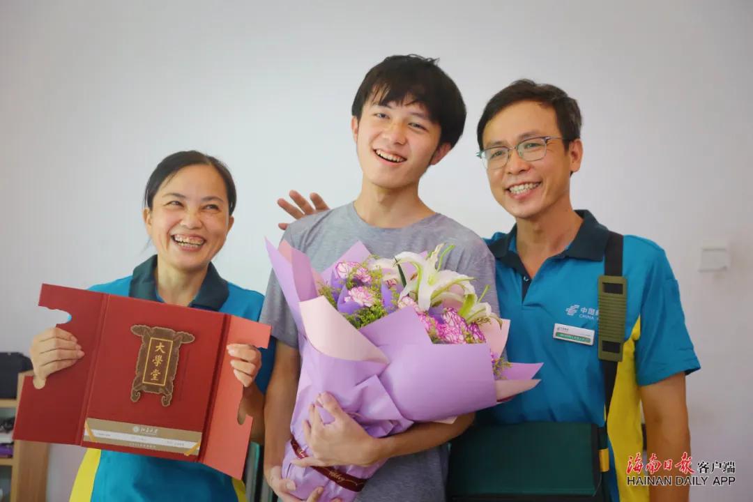 父亲卢志强(右)、儿子卢海山(中)、母亲王金连(左)一家三口拿着北京大学录取通知书,笑容满面。海南日报记者 张茂 摄