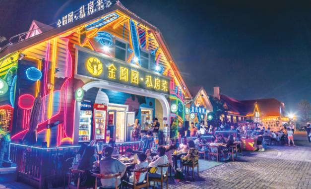 游客到凤凰酒吧街体验时尚夜生活。(西宣供图)