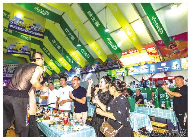 在嘉士伯啤酒大篷内,游客互动狂欢。(西宣供图)