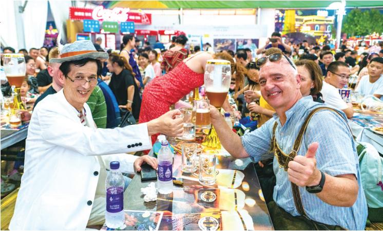 金沙滩啤酒城吸引众多外国游客前来打卡。(西宣供图)