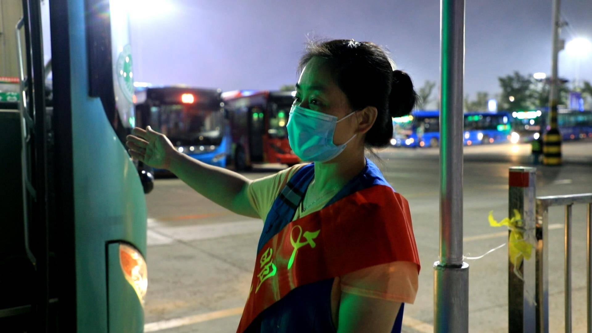 张琳在金沙滩啤酒城的公交站开展志愿服务。
