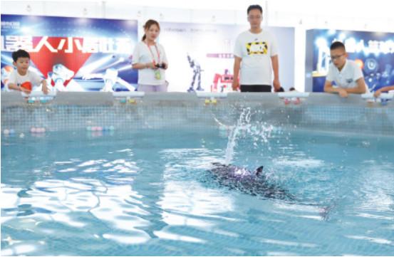 """""""明星""""仿生鲸鱼吸引游客前来观赏。记者 王培珂 摄"""